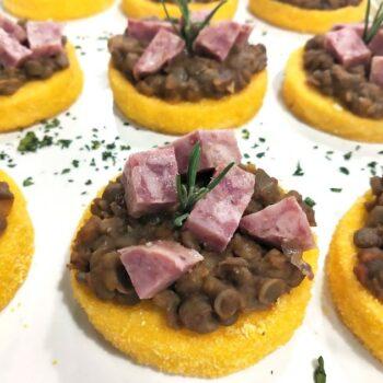 Tartine di polenta con lenticchie e cotechino menu capodanno