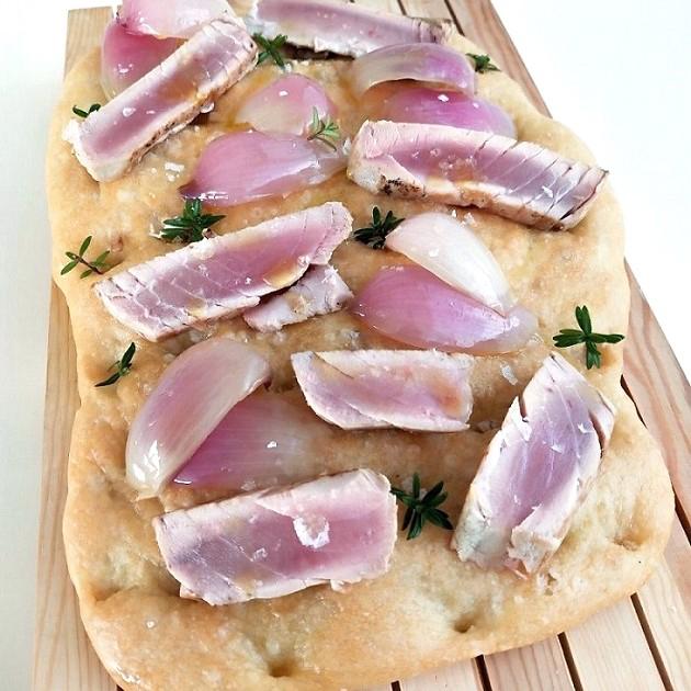 Schiacciato con tonno piatto Gourmet Gastronomia